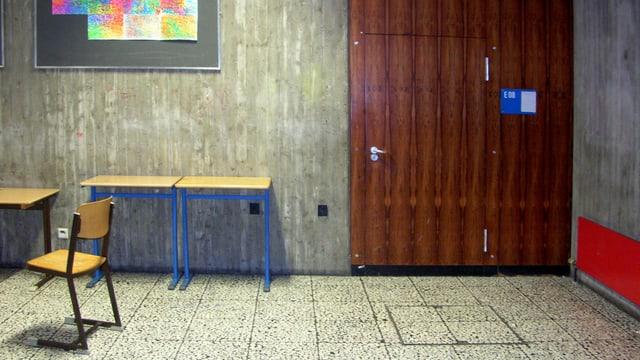 Ein spartanische Einrichtung eines Schulhauses.