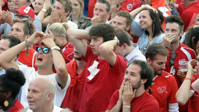 Fussballfans verwerfen die Hände