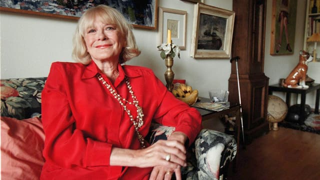 Monica Zetterland im Jahr 2000 mit roter Bluse und Perlenkette.