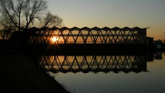Kraftwerk Birsfelden: Blick auf das Maschinenhaus bei Sonnenuntergang