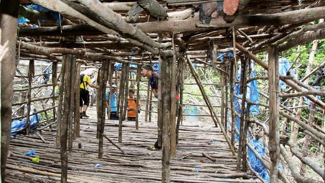 Gefängnis aus Baumstämmen im Dschungel.