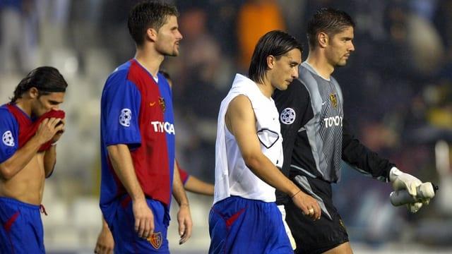 Vier FCB-Spieler gehen nach rechts ab