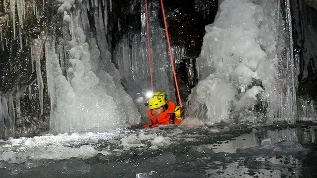 Video «Eis-Canyoning» abspielen