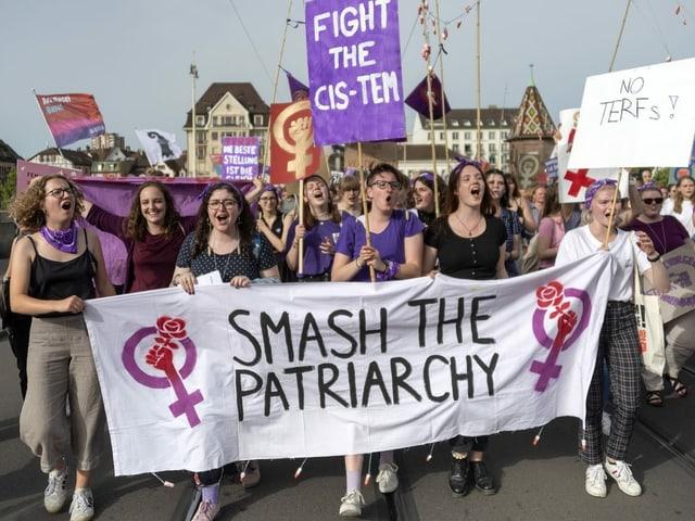 "Frauen mit Transparent ""Smash the Patriarchy""."