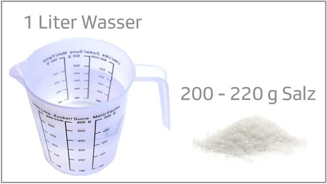 Messbecher mit Wasser und Salz.