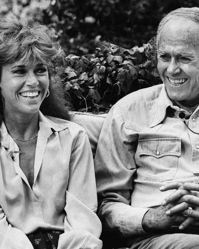 Jane und Henry Fonda sitzen auf Bank und lachen
