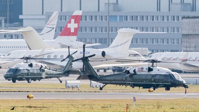 zwei schwarze Helikopter vor Swiss-Flugzeugen