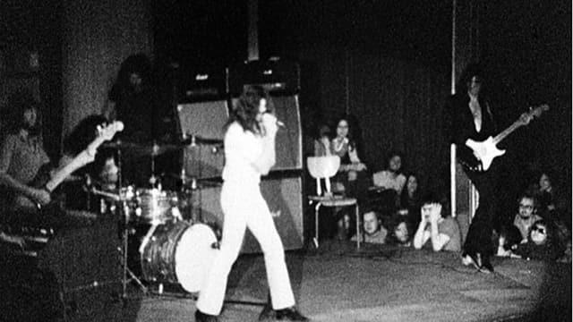 Ein schwarz-weiss Foto von Deep Purple auf der Bühne in Montreux.