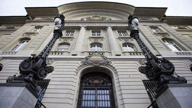 Der Gebäude der Nationalbank von unten nach oben fotografiert.