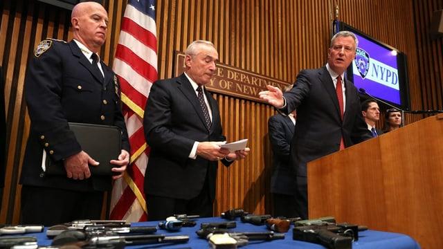 Armas sin ina maisa cun policists.