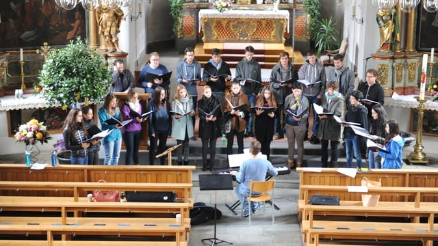 Chor kontra.cant en baselgia a Glion.