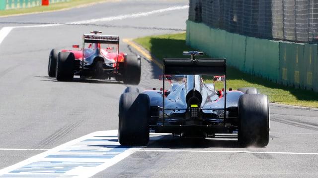 Davanttiers il Ferrari cun il pilot Kimi Raikkonen e davostiers Jenson Button cun McLaren.