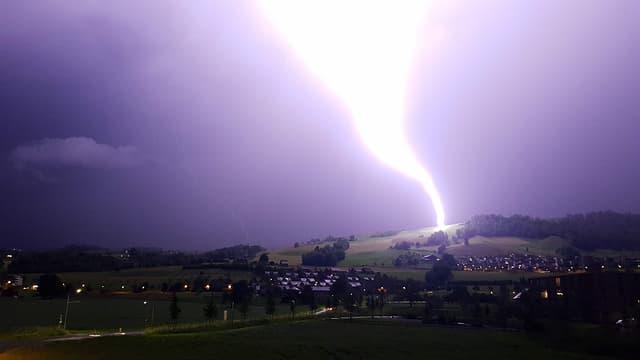 Der Blitz schlägt in ein offenes Feld bei Zug.