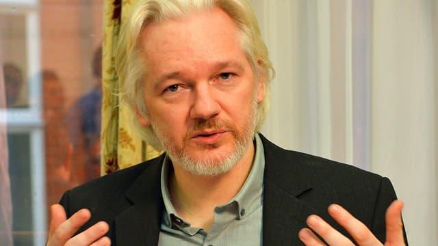 Assange hebt die Hände