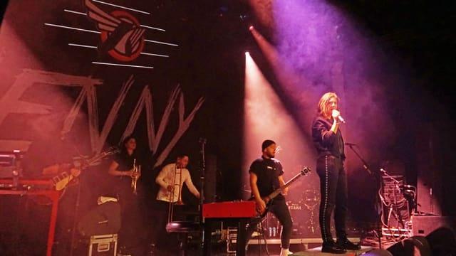 La chantadura Lenny durant il concert