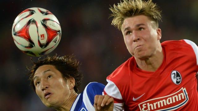 Felix Klaus von Freiburg versucht gegen Berlins Genhi Haraguchi an den Ball zu kommen.