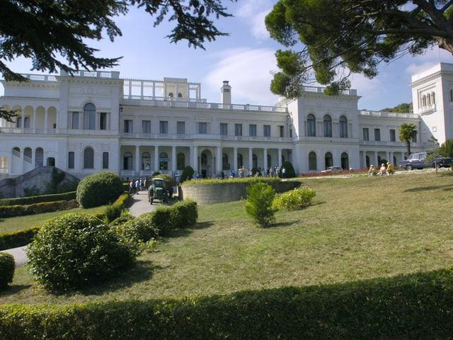 Der «Weisse Palast» in Jalta mit Vorgarten.