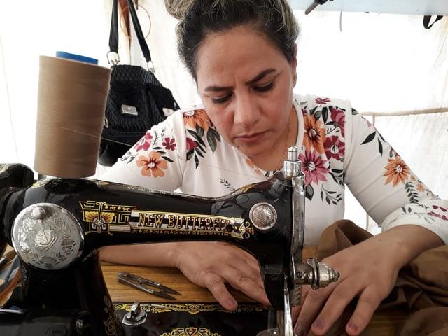 Die jesidische Schneiderin bei der Arbeit