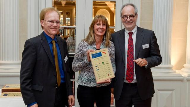 Katharina Deuber mit Initiator Norbert Bernhard und Jury-Vorsitzendem Otfried Jarren.