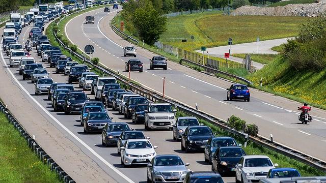 Autos, die im Stau auf einer Autobahn stehen.