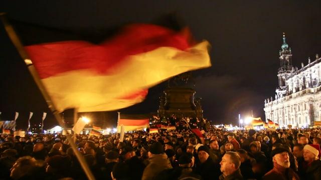 Pegida Demo vor der Semperoper in Dresden