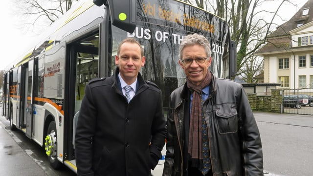 Die Chefs der Zugerland Verkehrsbetriebe und der Verkehrsbetreibe Luzern vor einem Elektrobus.