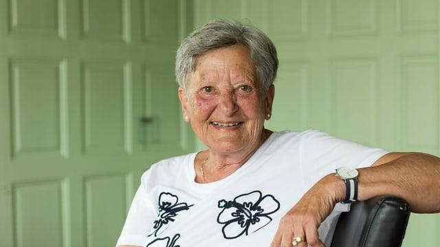 eine ältere Frau lächelt freundlich in die Kamera