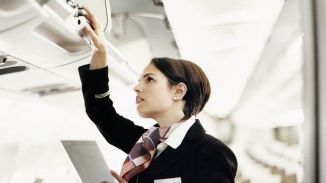 Flugbegleiterin bei der Arbeit.