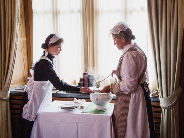 Lisa-Maria D'Ercole und Rosemarie Jenni-Dietsche schöpfen Suppe