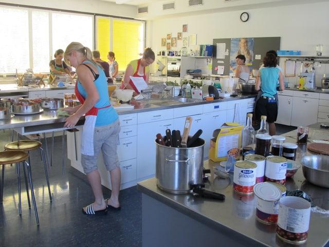 Schülerinnen in der Küche der Bäuerinnenschule
