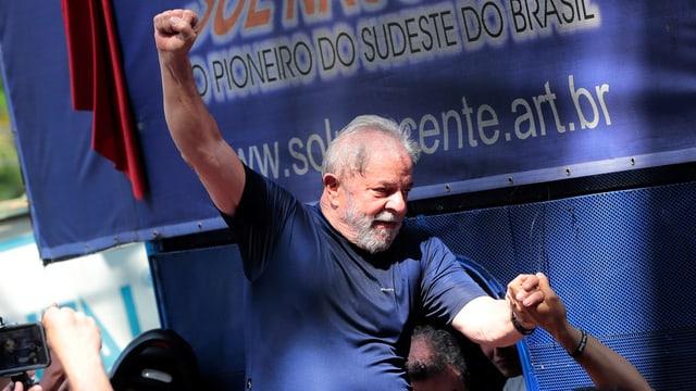 Lula mit hoch erhobener Faust