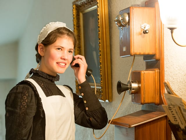 Lisa-Maria D'Ercole telefoniert an historischem Telefon