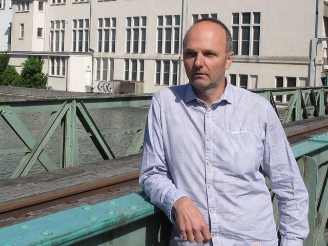 Lothar Kind lehnt an Brückengeländer