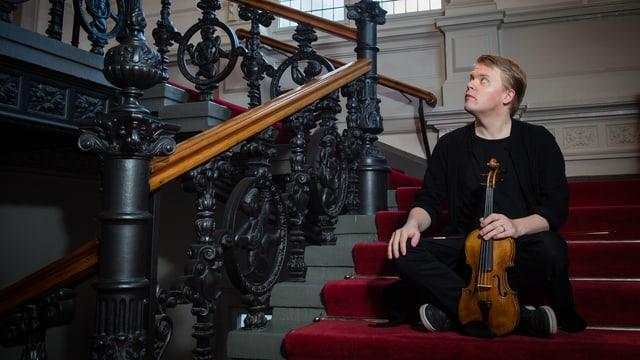 Ein Bild vom Pekka Kuusisto während er Geige spielt.