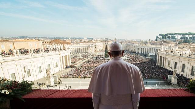 Papst steht auf seinem Balkon über dem Petersplatz.