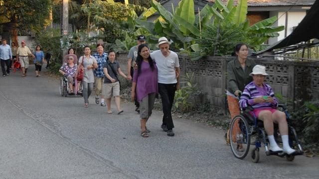 Gemeinsamer Ausflug der Heimbewohner mit Pflegepersonal. Demenzkranke lächeln.