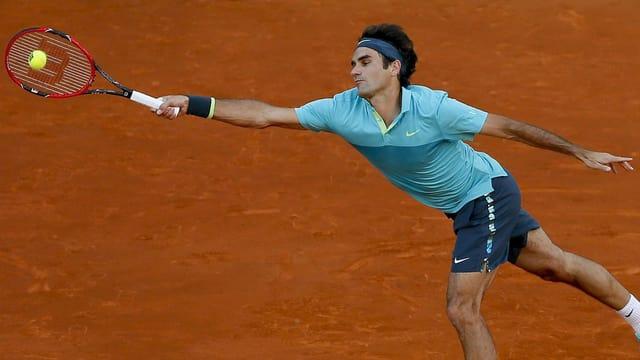 Federer muss sich strecken.