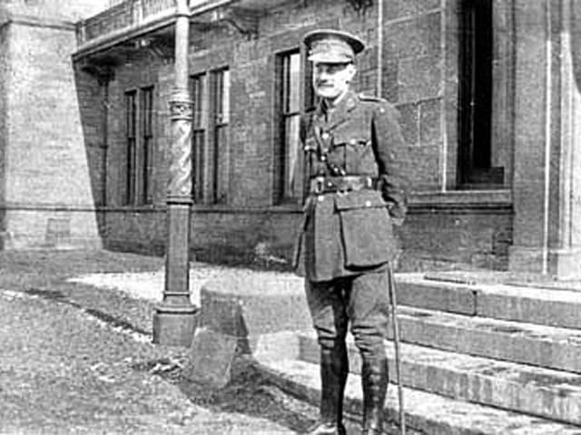 William Rivers in Uniform vor dem Craiglockhart-Krankenhaus in Edinburgh (Schwarz-weiss-Aufnahme).