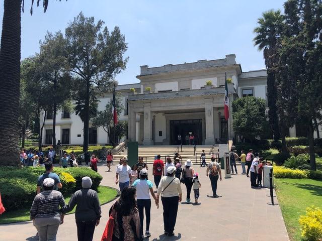 Besucher vor Los Pinos