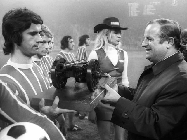 Gerd Müller wird im Herbst 1972 vom Fachmagazin Kicker für seine 40 Tore in der Saison 1971/72 ausgezeichnet.