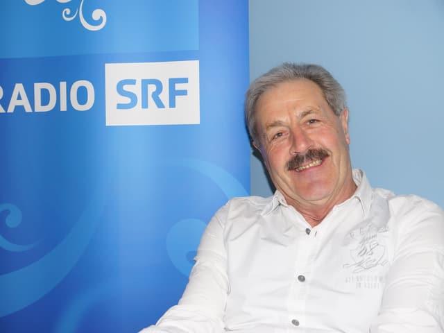 Sepp Silberberger vor Musikwelle-Logo.