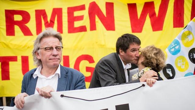 Der Präsident des Zürcher Gewerkschaftsbunds, Markus Bischoff, läuft ein Transparent haltend am 1. Mai-Umzug 2014 vor.
