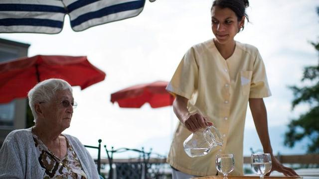 Frauen aus dem Aussland, die ältere Menschen pflegen, haben es nicht immer einfach.