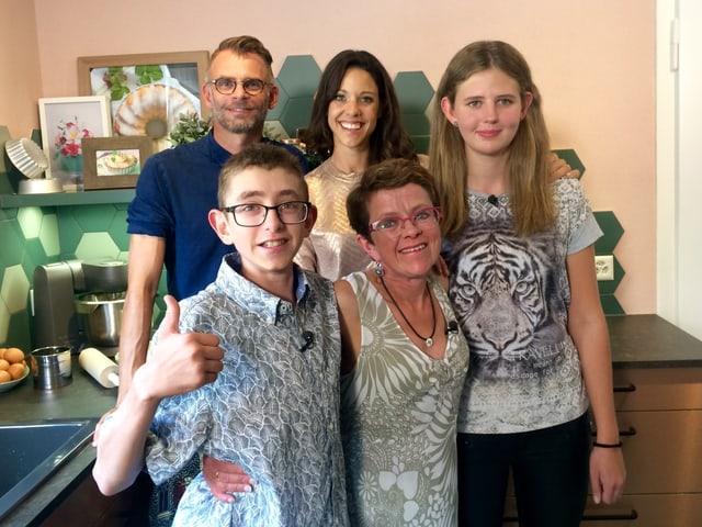 Das Umbau-Team Kiki Mäder und Andrin Schweizer mit Familie Signorini aus Oberwil bei Büren BE.