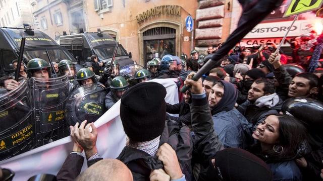 Polizisten und Demonstranten stehen einander gegenüber