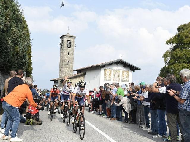 Radfahrer bei einer Kirche