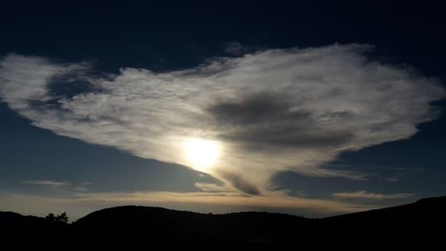 Wolkenfelder vor Sonne.