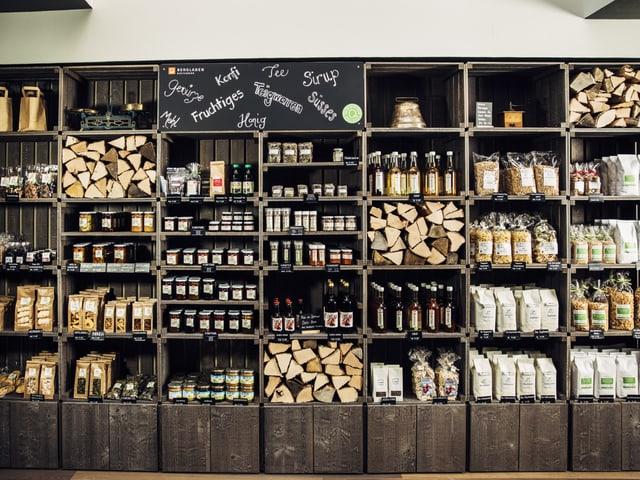 Bergladen Dietisberg, Regal mit Produkten