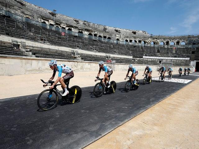 Die AG2R-Mannschaft durchquert die Arena von Nîmes.