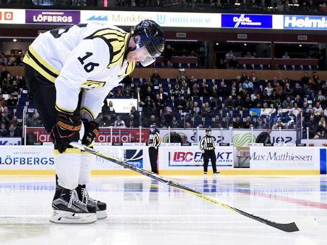 Daniel Paille bückt sich auf dem Eis